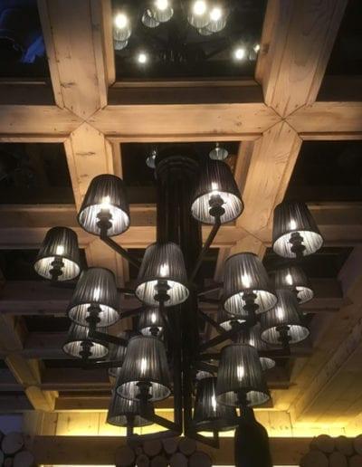 Lustre 20 lumières pour le restaurant le Prieuré à Megève